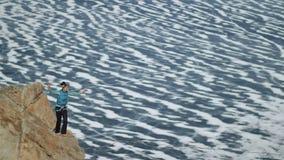 Una mujer joven está en el slackline en la mucha altitud metrajes