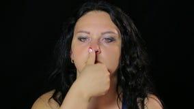 Una mujer joven hace ejercicios con sus ojos que se sostienen y que levantan el finger almacen de video