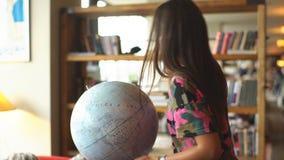 Una mujer joven hace girar un globo almacen de video