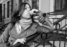 Una mujer joven hace toughtful Fotografía de archivo libre de regalías