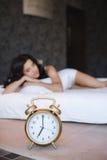 Una mujer joven hermosa, durmiendo en cama en casa Imagen de archivo libre de regalías