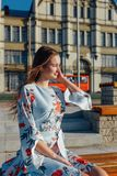 Una mujer joven hermosa en un vestido azul delicado fotografía de archivo libre de regalías