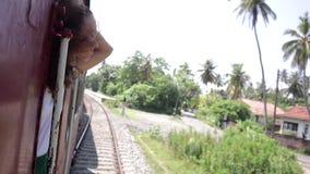 Una mujer joven hermosa es Sri Lanka que viaja en tren metrajes