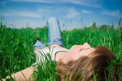Una mujer joven hermosa que se relaja Imagen de archivo