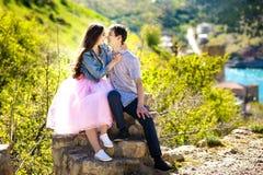 Una mujer joven hermosa y su novio están en el río de la charca del lago y el abrazo, historia de amor, después de la boda, brill Fotografía de archivo