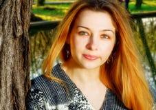Una mujer joven limpia fresca al aire libre fotografía de archivo