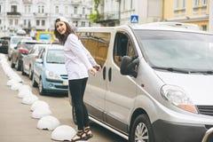 Una mujer joven mientras que camina en la ciudad Fotos de archivo libres de regalías