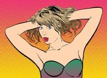 Una mujer joven Mujer linda que detiene el pelo Imagen de archivo libre de regalías
