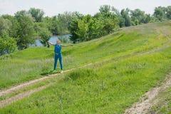 Una mujer joven pelirroja en fondo de la naturaleza Fotografía de archivo