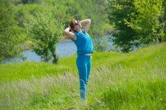 Una mujer joven pelirroja en fondo de la naturaleza Foto de archivo libre de regalías