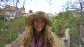 Una mujer joven que disfruta de viajar en un tren viejo, admirando ubicaciones tur?sticas hermosas almacen de video