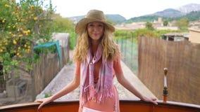 Una mujer joven que disfruta de viajar en un tren viejo, admirando ubicaciones tur?sticas hermosas almacen de metraje de vídeo