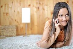Una mujer joven que habla en el teléfono celular Imagenes de archivo