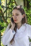 Una mujer joven que habla en su teléfono celular Fotos de archivo libres de regalías