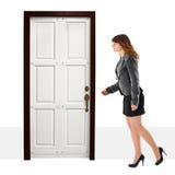 Una mujer joven recorre en puerta Imágenes de archivo libres de regalías
