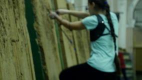Una mujer joven saca la flecha de la blanco almacen de metraje de vídeo