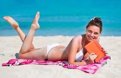 Una mujer joven se está relajando en la playa Fotos de archivo libres de regalías
