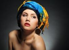 Una mujer joven se vistió en un turbante Imagenes de archivo