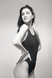 Una mujer joven, traje de baño derecho del nadador, mirando gla oblicuo Imagen de archivo