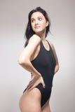 Una mujer joven, traje de baño derecho del nadador, mirando gla oblicuo Imagenes de archivo