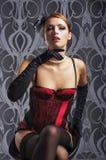 Una mujer joven y atractiva del redhead en ropa interior roja Imagenes de archivo