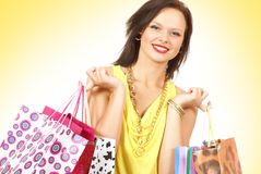 Una mujer joven y atractiva está haciendo compras Imagen de archivo libre de regalías