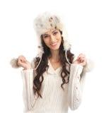Una mujer joven y feliz en un sombrero caliente del invierno Fotografía de archivo libre de regalías