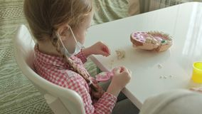 Una mujer joven y un molde de la muchacha sus dientes del plasticine, insertan sus dientes en un mandíbula del juguete, juegan a  almacen de video