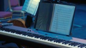 Una mujer juega el piano en una orquesta sinfónica metrajes