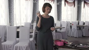Una mujer le muestra maquillaje almacen de video