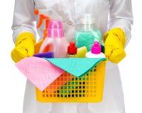 Una mujer más limpia de la criada con las fuentes de limpieza Foto de archivo
