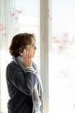 Una mujer madura con un teléfono móvil Fotografía de archivo libre de regalías