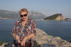 Una mujer madura en el fondo de la isla de Sveti Nicola Foto de archivo