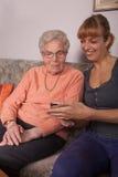 Una mujer mayor con un teléfono celular Imagen de archivo