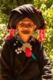 Una mujer mayor en pueblo del grupo étnico de Wa imagen de archivo