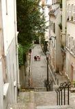 Una mujer mayor en una tabla en una calle abandonada cerca de Montmarte imágenes de archivo libres de regalías