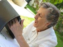Una mujer mayor está mirando una tableta Foto de archivo