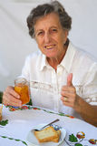 Una mujer mayor muestra que ella preparó Tánger hecho en casa delicioso Fotografía de archivo