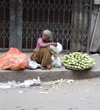Una mujer mayor pobre que vende maíz en las calles fotos de archivo libres de regalías