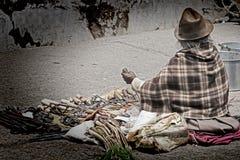 Una mujer mayor que vende las herramientas y los items de la dotación física Fotos de archivo libres de regalías
