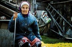 Una mujer mayor - residente de un pueblo ruso Foto de archivo libre de regalías