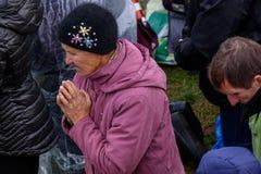 Una mujer mayor ruega a dios imágenes de archivo libres de regalías