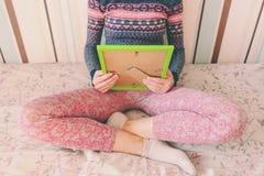 Una mujer mira una foto imagen de archivo libre de regalías