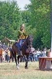 Una mujer monta un caballo Fotos de archivo
