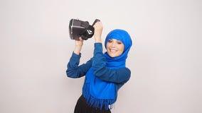 Una mujer musulmán joven con los vidrios de la realidad virtual almacen de metraje de vídeo