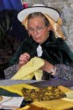 Una mujer no identificada, en la costura tradicional de la alineada Imagen de archivo