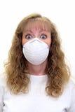 Una mujer paranoica del caucasion que desgasta una máscara protectora Imagenes de archivo