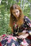 Una mujer pelirroja hermosa en juego gitano Imagenes de archivo