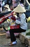 Una mujer pobre en mercado ocupado en Vietnam imagen de archivo libre de regalías