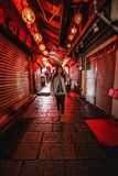 Una mujer presenta en la calle vieja famosa de Jiufen, Taiwán en la noche foto de archivo libre de regalías